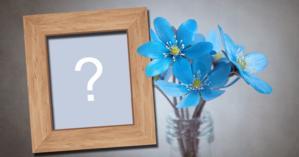 Montagem de foto com flores azuis e moldura de madeira para colocar a sua foto!