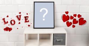 Linda moldura para foto, em cima da mesinha com corações na parede. Adicione sua foto!