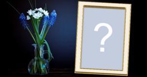 Moldura com Vaso de Mesa com Flores azuis para você adicionar uma foto sua!