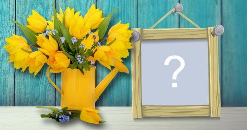 Portafoto con annaffiatoio giallo pieno di fiori gialli. Aggiungere una foto!