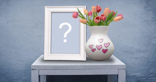 Mettez votre photo dans un cadre photo sur une petite table avec un vase de tulipes!