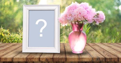 Montage photo avec cadre photo blanc et vase rose plein de fleurs!