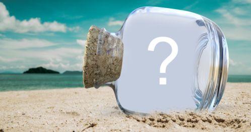 Linda foto montagem com foto dentro de uma garrafa na praia. Adicione sua foto preferida!