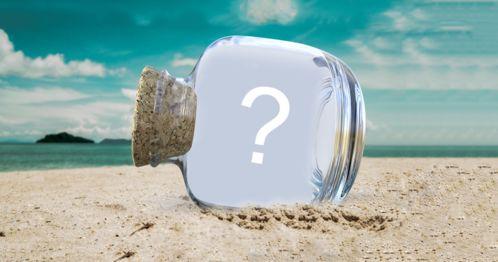 Montaj foto frumos cu fotografie în interiorul unei sticle pe plajă. Adăugați fotografia preferată!