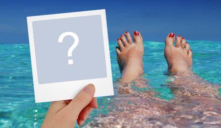Faça uma montagem segurando a sua foto de papel na praia!