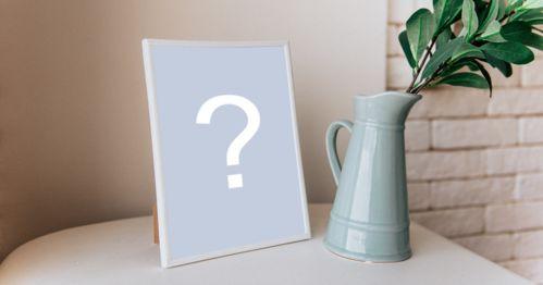 Fügen Sie Ihr Foto in einem Rahmen auf einem kleinen Tisch mit einer Teekanne daneben hinzu.