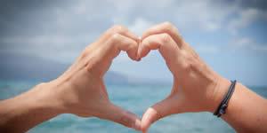 Mosaico com 12 amigos feito com a palavra Love!